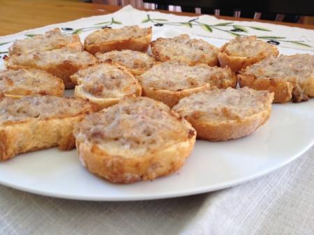 Crostini con salsiccia e crescenza