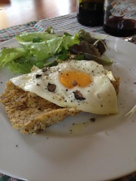 Crostino polenta con uova e tartufo